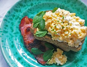 scrambled eggs with feta and bacon recipe